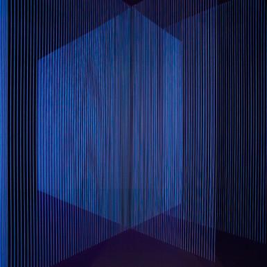 SERÍA DE LA NOCHE. Site-especific instalación. Hilo de algodón y luz negra. 6,50m. x 4,30m. 20015.
